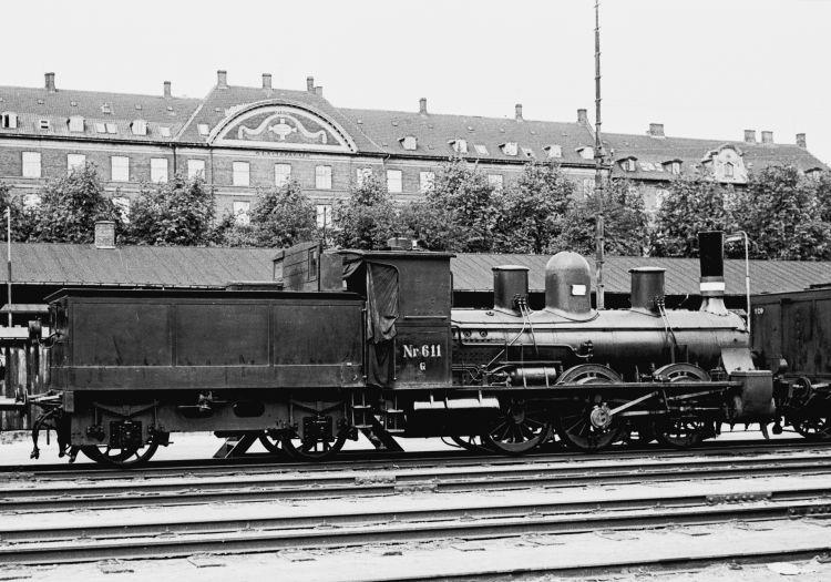 http://www.mjk-h0.dk/evp_Div/71.i.023a.dsb_g_611.oesterport.25.juli_1959.jpg