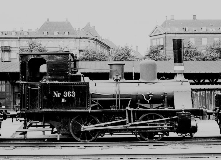 http://www.mjk-h0.dk/evp_Div/71.i.21a.dsb_hs_363.oesterport.25.juli_1959.jpg