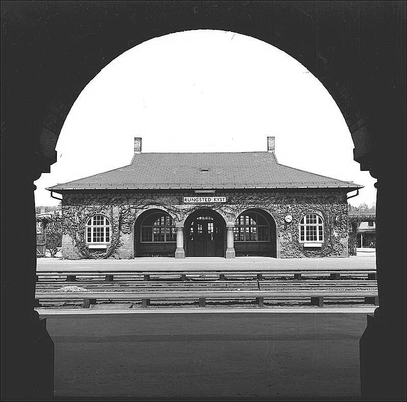 http://www.mjk-h0.dk/evp_Kystb/rungsted_oestre_station.foto.-c-.per%20b.%20pedersen.1964.jpg