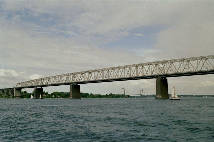 http://www.mjk-h0.dk/evp_Lillebaeltsbroen/1184.11a.lillebaeltsbroen.16.juni%202002.jpg