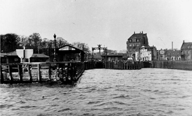 http://www.mjk-h0.dk/evp_Lillebaeltsbroen/fredericia_faergehavn-21.4.1935.jst.jpg