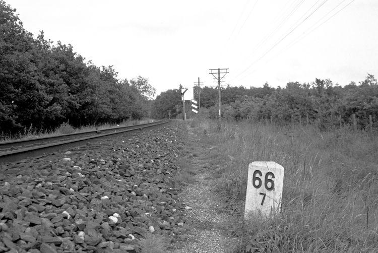 http://www.mjk-h0.dk/evp_Nips/329.iii.34.dsb-kilometersten,grevindeskoven.jpg