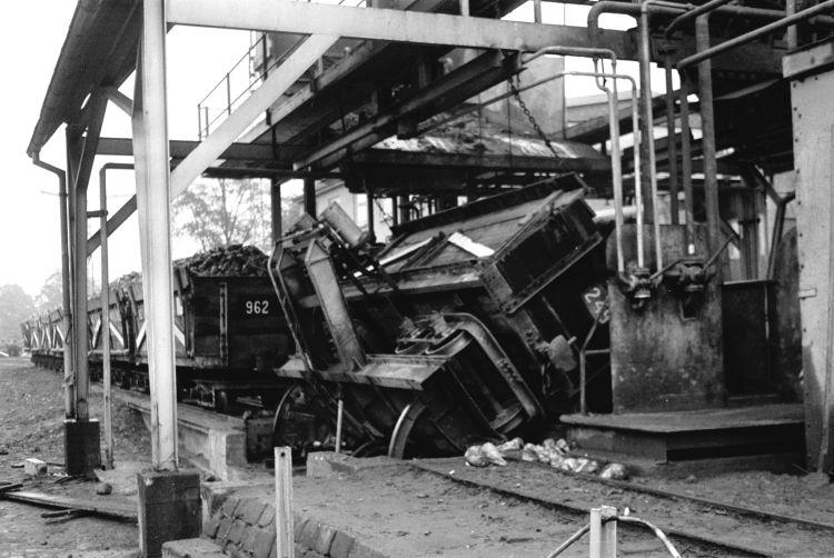 http://www.mjk-h0.dk/evp_Roer/262.i.58.toemning_af_roevogne.sakskoebing_sukkerfabrik.18.10.1964.jpg