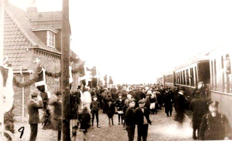 http://www.mjk-h0.dk/evp_SFB/ulboelle%20st._ved_indvielsen_i_1916.hans_noergaard.jpg