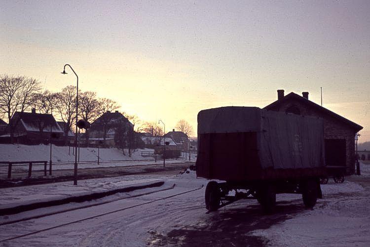 http://www.mjk-h0.dk/evp_Soroe/12a-13.soroe.udsigt_fra_godseksp.vindue_mod_vest.vinter_1957-58.jpg