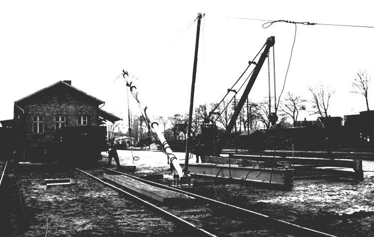http://www.mjk-h0.dk/evp_Soroe/15.i.02.rejsning_af_ny_kran.soroe.ca.20.3.1957.jpg