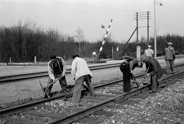 http://www.mjk-h0.dk/evp_Soroe/17.i.09a.sporarbejde%20i%20vestenden.soroe.ca.1.4.1957.jpg