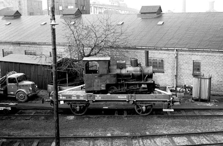 http://www.mjk-h0.dk/evp_Teglv/141.iii.16.hedehusene.krauss_7036.valby_gasvarrk.15.3.1961.jpg